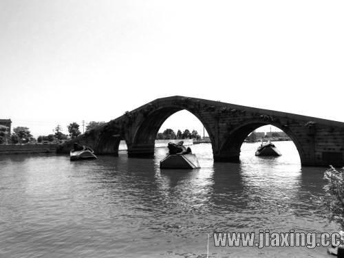 长虹桥造型美观,为三孔实腹薄墩联拱圆筒桥,全长72.8米,中间孔净跨16.